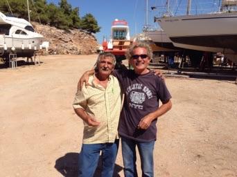 Links Antonis, de werf aas en rechts Pakis. Foto Vlotto